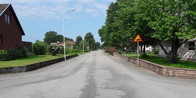 Eftersom bilarna kör fort genom villaområdet i norra Hammar så kommer Tulpanvägen att stängas av för genomfartstrafik på prov.