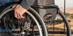 Person i rullstol.