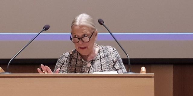 Anna-Kerstin Larsson fick ta emot stående ovationer vid sitt sista sammanträde som fullmäktigeordförande i Kristianstad.