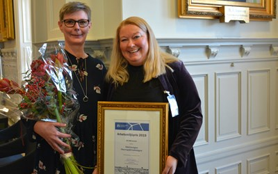 Mikela Lennvig och verksamhetschefen Maria Bergström tog emot arbetsmiljöpriset.