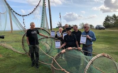 Ålagillet är Årets Guldambassadör i Kristianstads kommun. På bilden ser ni glada ålafiskare som förbereder sig för kvällens gillen.