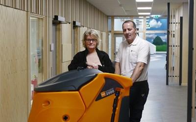 Lena Malmberg och Arben Zukaj med städroboten Oscar