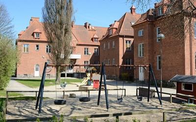 Ängsgårdens förskola har tre härliga utegårdar som inspirerar till mycket lek.