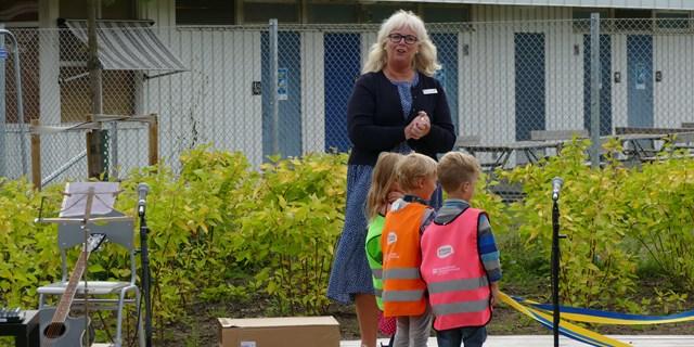 Rektor Susanne Stranmark knyter ihop banden tillsammans med barnen.