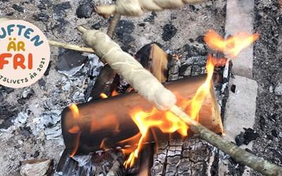 Bild på pinnbröd över eld