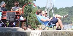 Människor som sitter i solen.