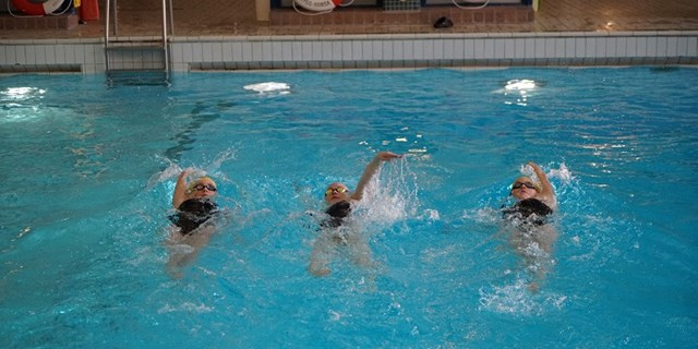 Tre flickor simmar ryggsim