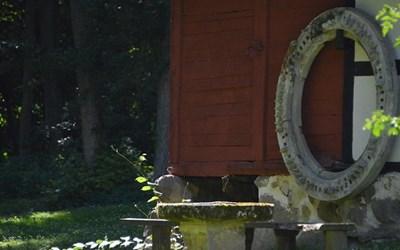 Gärds härads hembygdsförening, som bland annat driver hembygsparken i Degeberga, är en av de föreningar som nu får extra bidrag för att klara sig igenom coronakrisen.