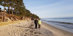Bild på vandrande par vi havet