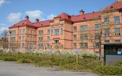 Centralskolan ligger mitt i stan nära till stadsbiblioteket och muséet.