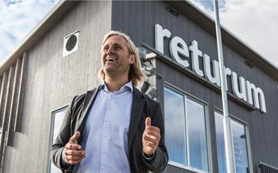 Johan Karlsvärd utanför Returum