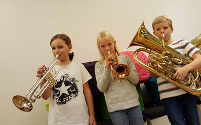 Elever som spelar brassinstrument