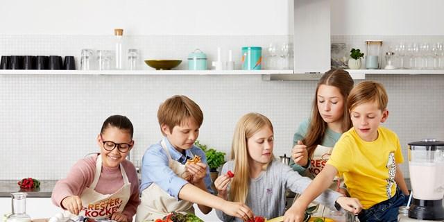Barn som äter mat.