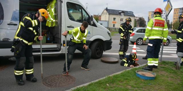 Räddningstjänsten övar brunnsräddning.