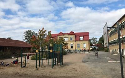 I ett naturskönt läge vid Vramsån, söder om Kristianstad, ligger Köpinge skola.