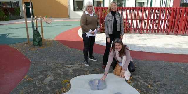 Lena Ohlsson, Kultur- och fritidsnämndens ordförande, provade på att känna på Antarktis, den konstnärliga gestaltningen på förskolan. Rektor Susanne Hjort Strandmark och skolchef Annika Holmqvist Lundh i bakgrunden.