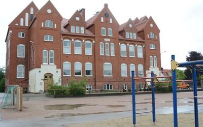 Gamla Rönnowskolan, där undervisningen i matematik, NO-ämnen och slöjd sker. Här har även skolans särskilda undervisningsgrupp Duvslaget sina egna lokaler.