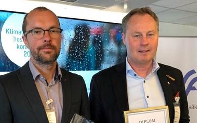 Magnus Lund, klimatstrateg och Peter Johansson kommunalråd (M) tog emot utmärkelsen.