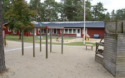 Fullriggarens förskola ligger på det natursköna Vattentornsområdet i Åhus. Vi har skogen inpå knutarna och gångavstånd till skola, fritidshem och buss och snickarboa. Förskolan har även en mindre gård utanför småbarnsavdelningarna.
