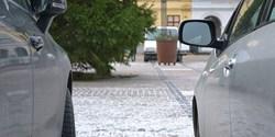 Genre-bild: parkerade bilar.