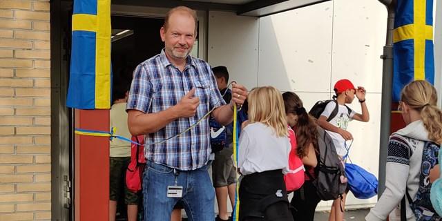Rektor Eskil klipper bandet in till de nya lokalerna och välkomnar eleverna. (Fotograf: Jenny Gustafsson)