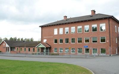 Degebergaskolan ligger vid kanten av Österlen. Skolan är belägen mitt i naturen, cirka 30 kilometer söder om Kristianstad och omfattar årskurserna F-9 samt fritidshem.