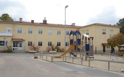 Everöds skola ligger mitt i byn Everöd.