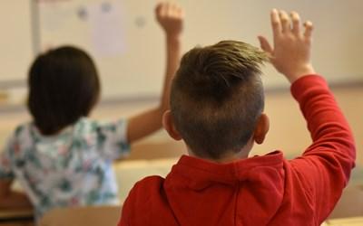 – Klassen och läraren blev fullkomligt överraskade när Radio Kristianstad kom instövlande mitt under en Luciaträning, säger Marie Ohlander, rektor på Fjälkestads skola.