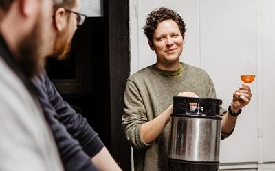 Ett 20-tal yrkeshögskoleutbildningar finns inom Skåne Nordosts samverkansområde. Jakob Thomsgård är en av lärarna på YH-utbildningen för bryggeritekniker i Kristianstad. Ett reportage från utbildningen finns i länken Uppslaget under Relaterad information. Foto: Jonatan Månsson, Bravissimo Agency