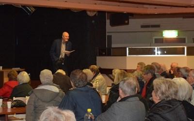 En man på scenen och folk i publiken.
