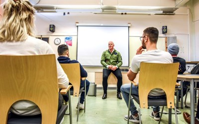 Henrik Persson Ekdahl när han träffar elever på Österänggymnasiet. Foto: Annika Persson/Precious People