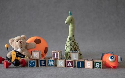 I många leksaker finns farliga ämnen som bör undvikas i barns närmiljöer så som PVC i plast och tungmetaller i färger.