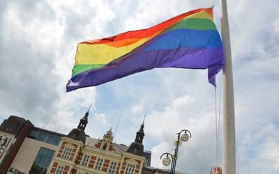 Prideflaggan hissas på Stora Torg i Kristianstad