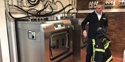 Räddningschef Andreas Bengtsson vid tvättmaskinen som kan tvätta med antingen avjoniserat vatten eller med traditionellt tvättmedel.
