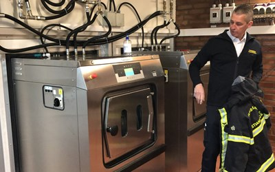 Räddningschef Andreas Bengtsson vid tvättmaskinen som kan tvätta utan kemikalier.