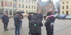 En grupp människor framför rådhuset.