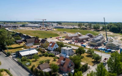 Det nya bostadsområdet växer fram i Hammar. I bakgrunden syns handelsområdet.