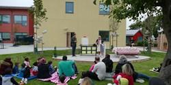 Barn- och utbildningsnämndens ordförande Daniél Tejera och rektor Annika Ericsson höll tal vid invigningen.