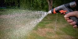 Mycket av det vatten som används till bevattning under dagtid dunstar bort.