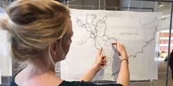Konstnären Caroline Mårtensson är initiativtagare till projektet som vill lyfta de klimatförändringar vi står inför. Hennes broderi visar effekten av en havshöjning på tre meter.