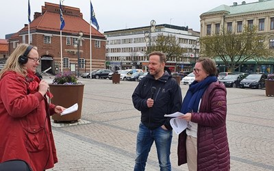 Tre personer med mikrofoner på Stora torg
