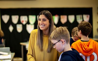 Foto: Högskolan Kristianstad. Ezgi Tümsa läser den arbetsplatsintegrerade grundlärarutbildningen.