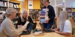 Skolbibliotekarie Elna Andersson engagerar sig för att få fler ungdomar att läsa skönlitteratur.