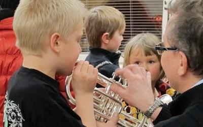 Pedagogerna visar hur man gör och barnen får prova spela.