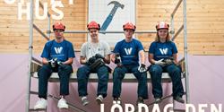 Elever sitter på byggställning