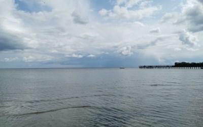 Badbryggan vid Täppet, Åhus. En bit ut i havet görs insatser i form av ålgräsängar och naturliga rev.