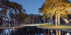 Åhus Östra är nu rankad som tredje bästa golfbanan i Sverige. Bilden på det 14:e hålet, banans signaturhål, är tagen i skymningsljus av fotograf Jacob Sjöman.