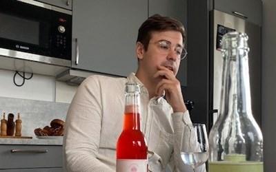 Under pandemin har Tim Persson och kollegerna på Klackabackens bryggeri börjat satsa på ett alkoholfritt alternativ till ölen - ekologisk läsk gjord på naturliga råvaror under nya varumärket Sodabruket.