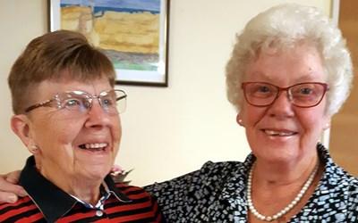 Bild av två frivilliga på mötesplatsen