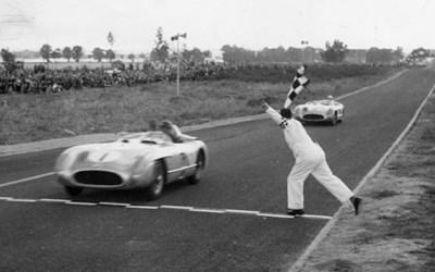 Juan Manuel Fangio och Stirling Moss skär mållinjen 1955 som etta och tvåa i Mercedes Benz 300 SLR.